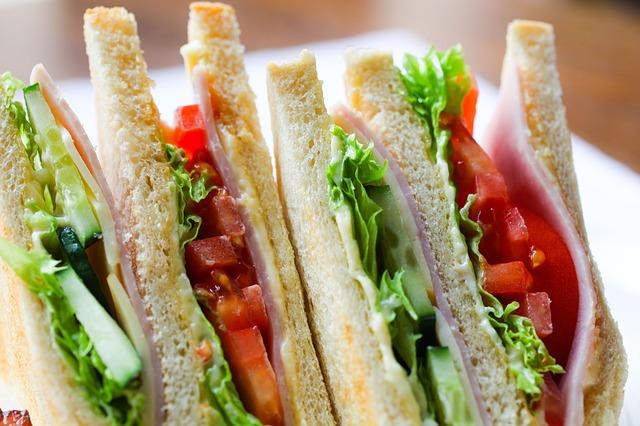 Co dać dziecku na drugie śniadanie do szkoły? Lista zdrowych przekąsek dla dzieci