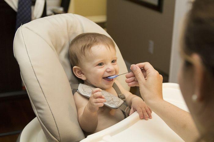 Jak rozszerzać dietę niemowlaka? Podstawowe zasady żywienia niemowląt