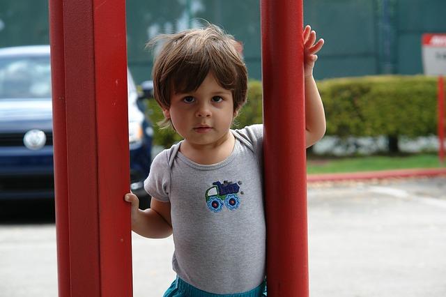 Smycze dla dziecka – co to jest, zalety i wady stosowania