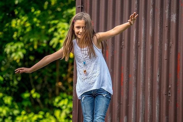 Dziewczynka na równoważni