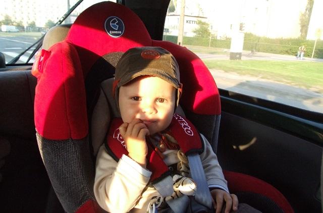 Przewożenie dziecka na przednim siedzeniu auta – jak i kiedy? Co mówią przepisy?