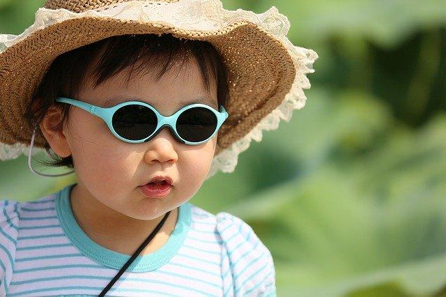 Małe dziecko w słomianym kapeluszu
